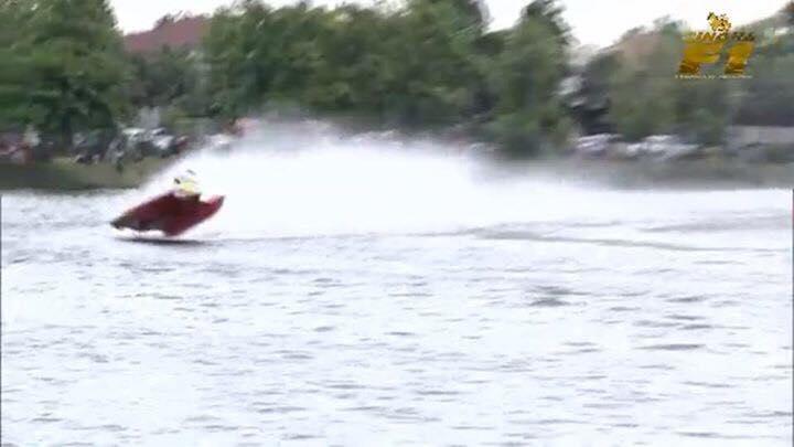 """""""เปิ้ล นาคร"""" ขับเรือ Fomula1 พลิกคว่ำ ระหว่างแข่งขัน"""