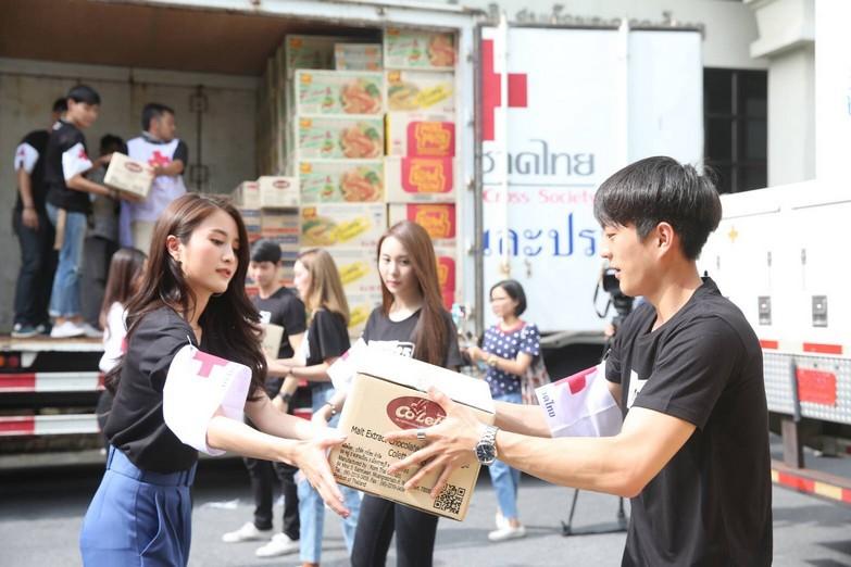 นำทีม ดีเจ-นักแสดง ส่งมอบข้าวสารอาหารแห้ง ช่วยผู้ประสบอุทกภัย