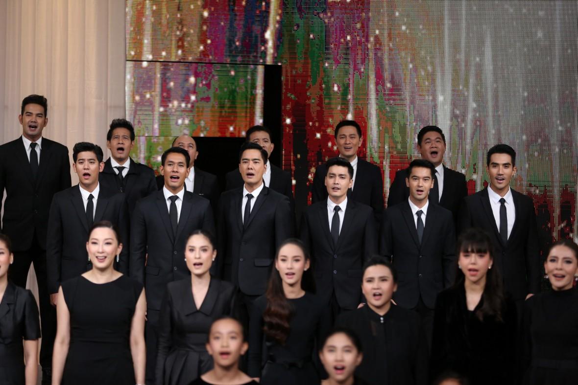 ทัพดารากว่า 90 ชีวิต ร้องเพลง  พลังแผ่นดิน  ดังกึกก้องถวายในหลวง รัชกาลที่9