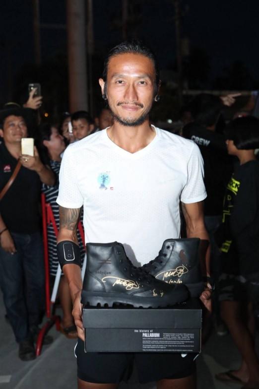ประมูลรองเท้า ตูน บอดี้สแลม โครงการ ก้าวคนละก้าว
