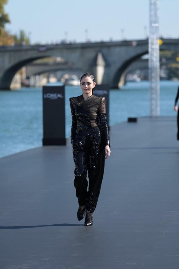 สวยเฉี่ยวขั้นสุด ใหม่ ดาวิกา บนรันเวย์แม่น้ำ Seine มหานครปารีส DAVIKA ON THE RUNWAY!!