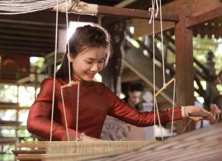 ต่าย อรทัย ชวนชมเสน่ห์ ผ้าไหมลาว ในรายการ ต่าย อรทัย สะบายดี