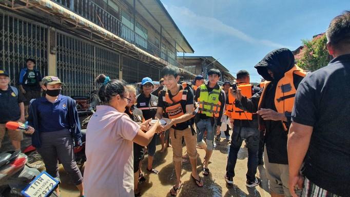 สุดสาคร-มังกร ปภาวิน นำทีมนักมวยไทยไฟท์และดาราช่อง 8 ลงพื้นที่ช่วยชาวปักธงชัย จากภัยน้ำท่วมโคราช